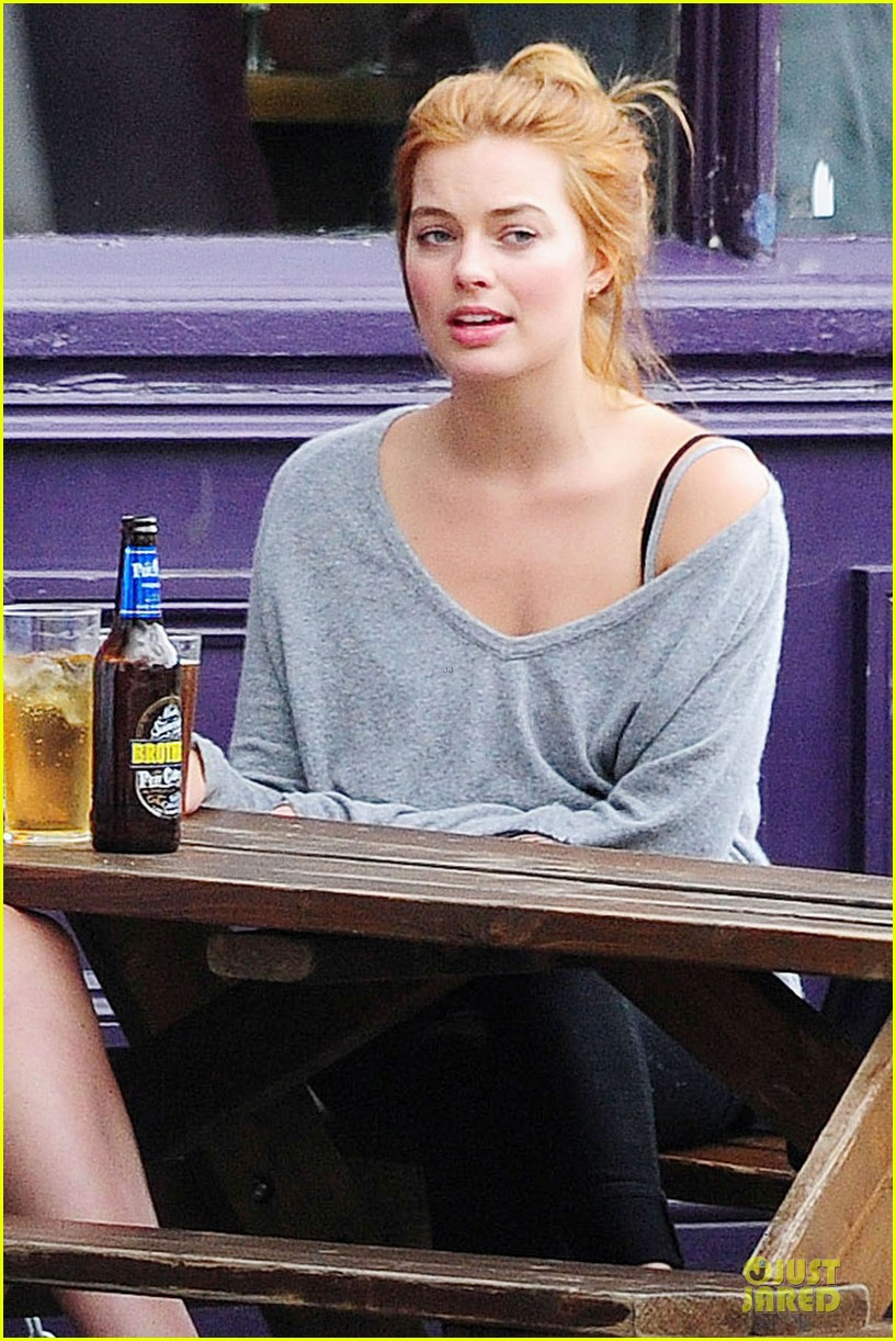 margot robbie smooches mystery man in london 19