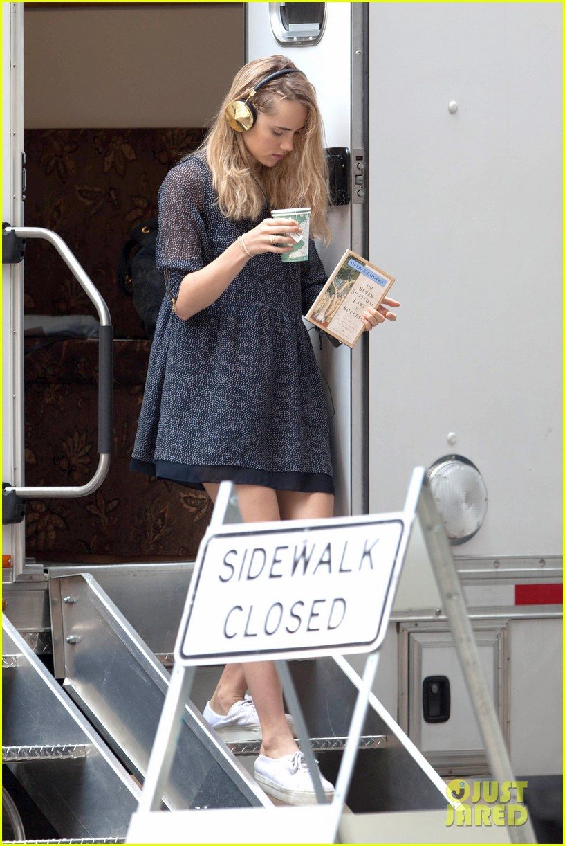 suki waterhouse rosa salazar insurgent set 08