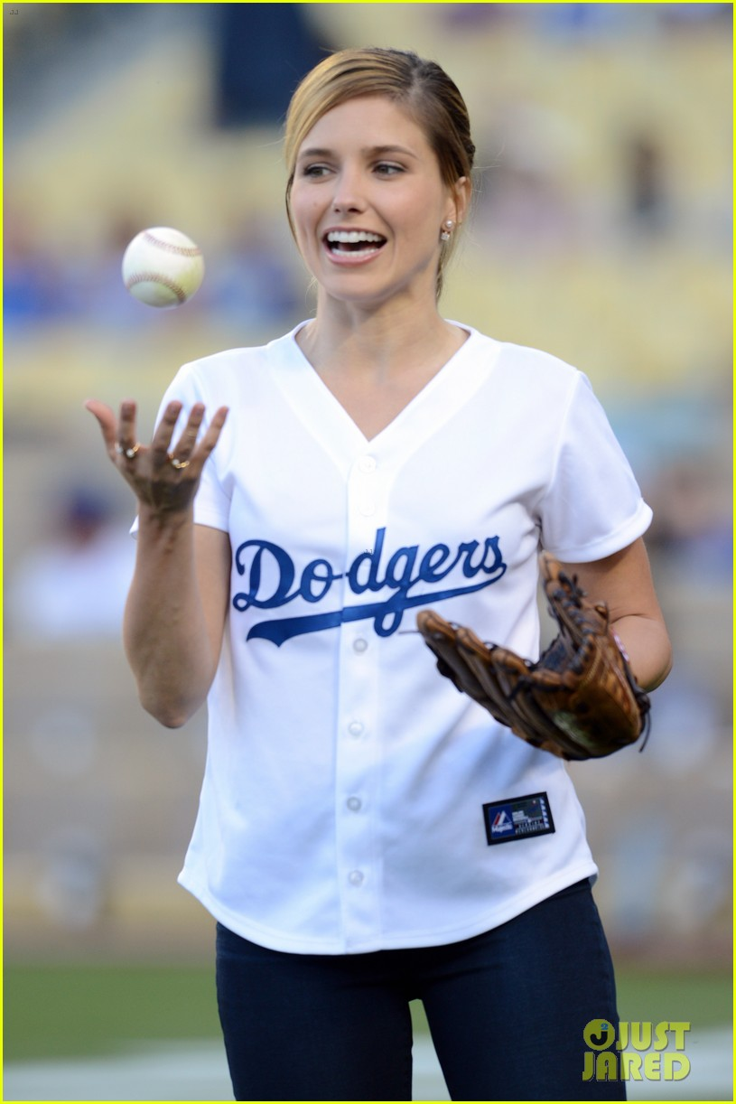 sophia bush proud first pitch dodgers game 013137953