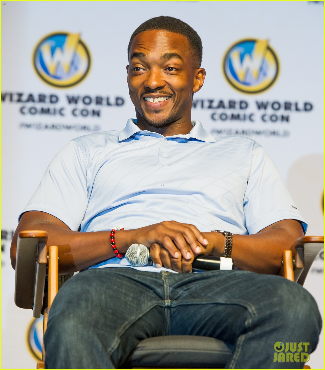 http://cdn03.cdn.justjared.com/wp-content/uploads/2014/06/stan-philly/sebastian-stan-anthony-mackie-philadelphia-comic-con-2014-02.jpg