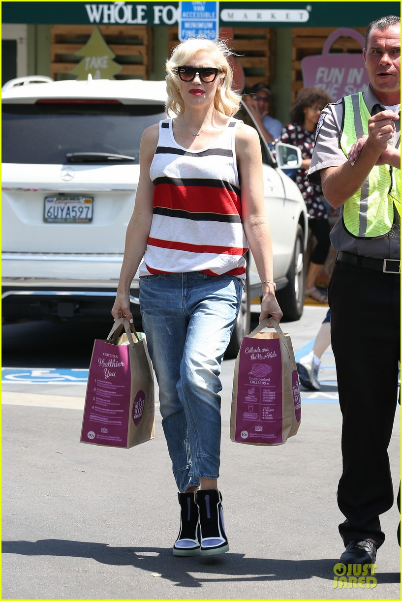 gwen stefani shows off black bra at sunday grocery run 05