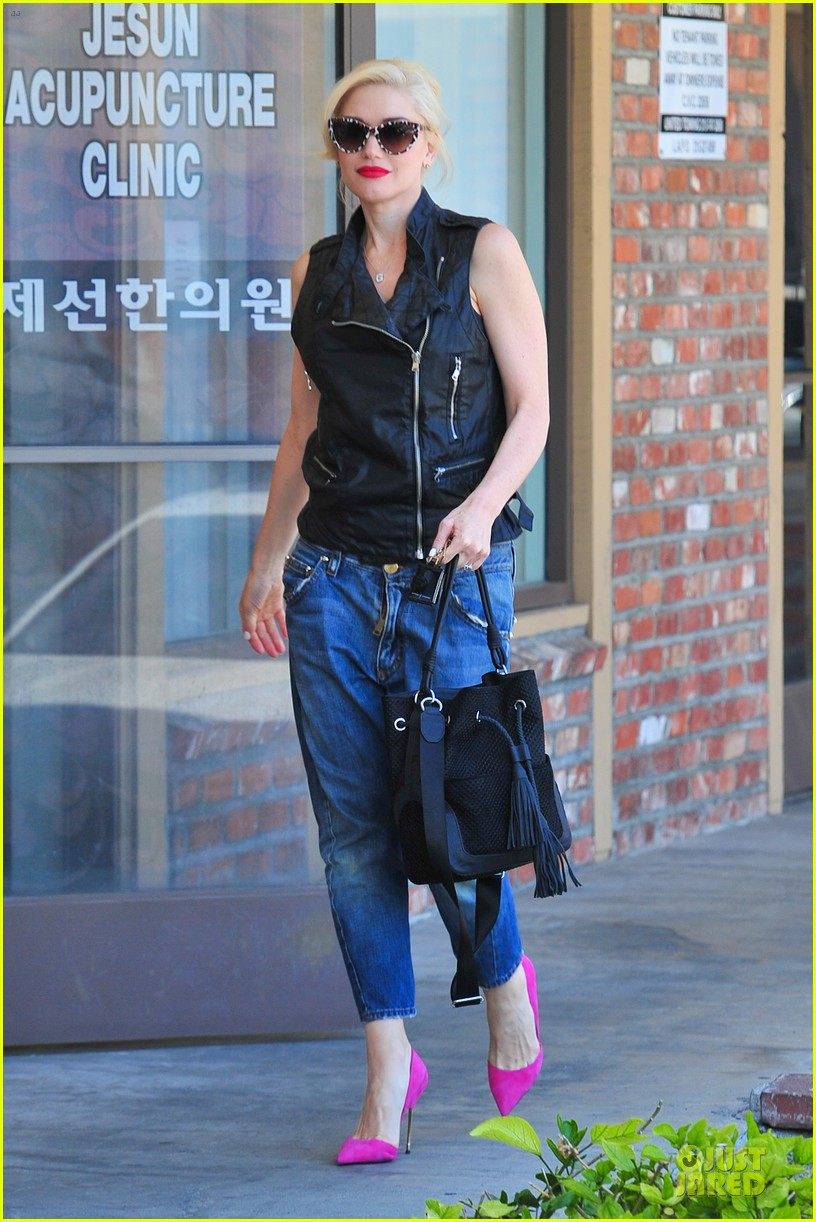 gwen stefani hot pink at acupuncture clinic 06