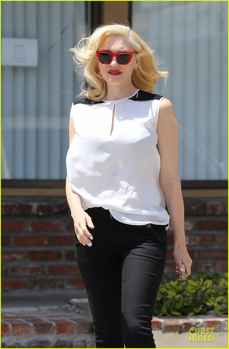 gwen stefani hot pink at acupuncture clinic 20