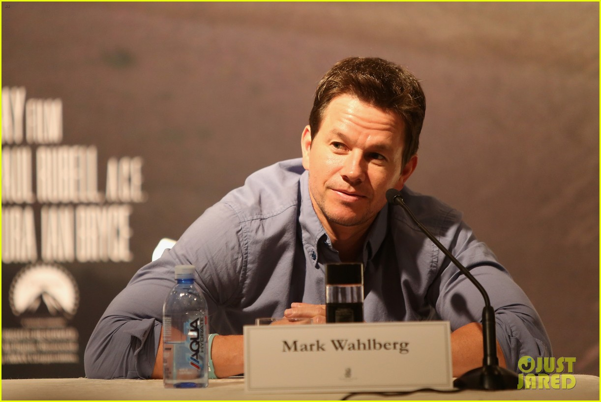 mark wahlberg nicola peltz tone it down for transformers 4 hong kong photo call 14