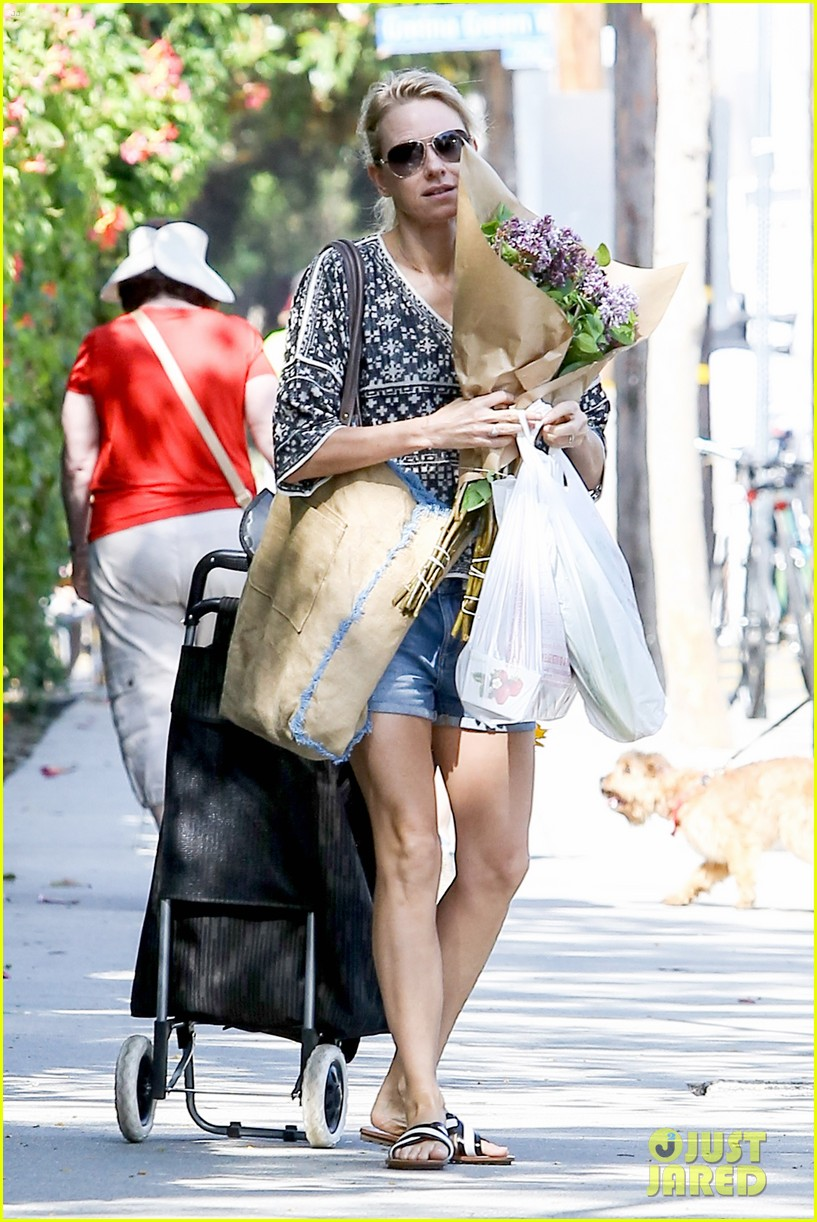 naomi watts is a flowery gal at the farmers apartment 05