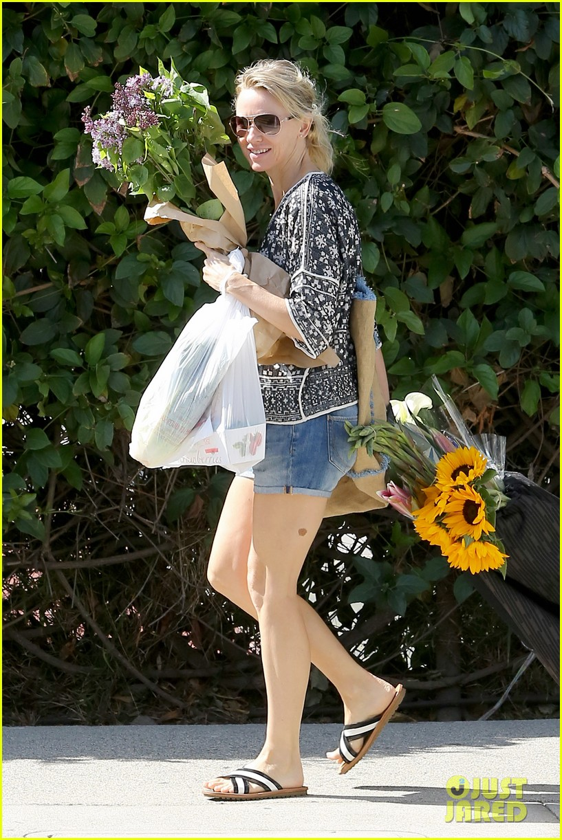 naomi watts is a flowery gal at the farmers apartment 06
