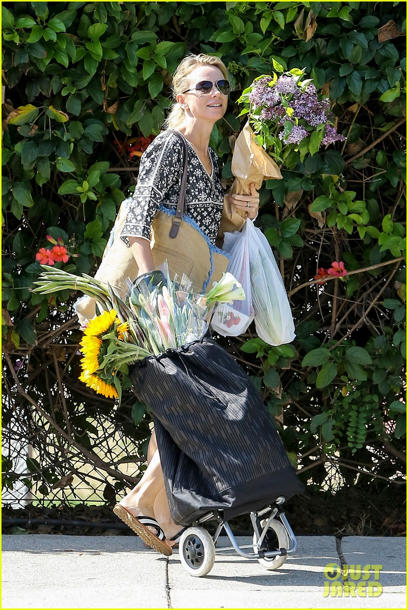 naomi watts is a flowery gal at the farmers apartment 11