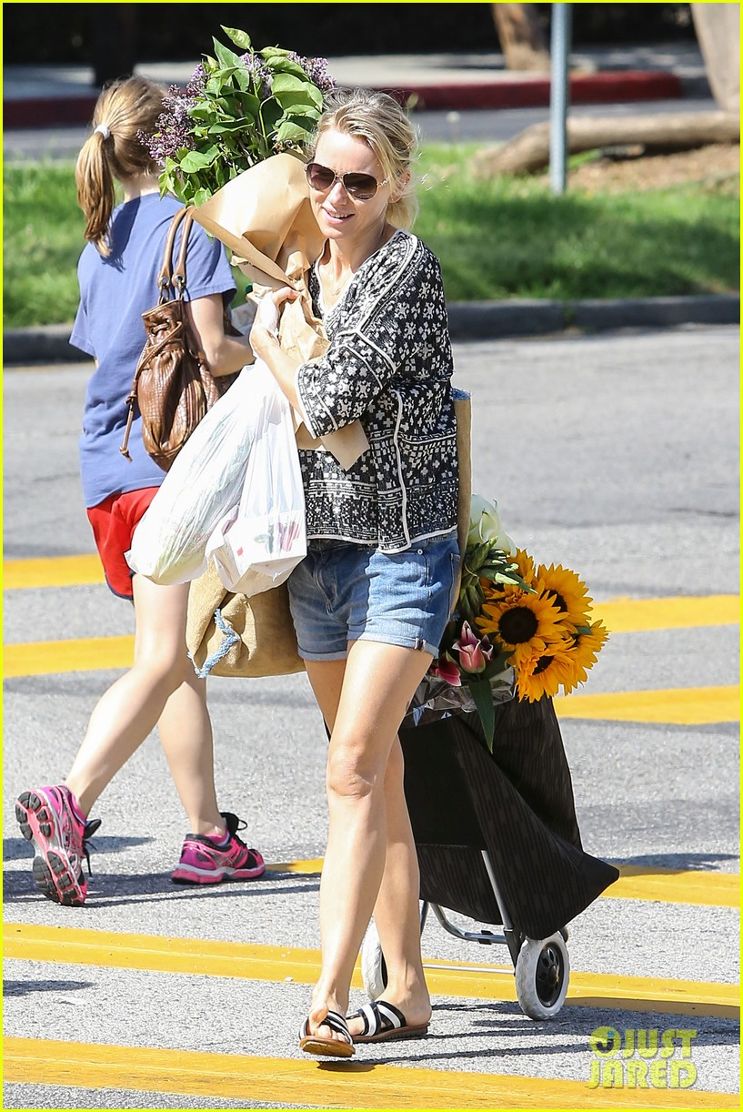 naomi watts is a flowery gal at the farmers apartment 14