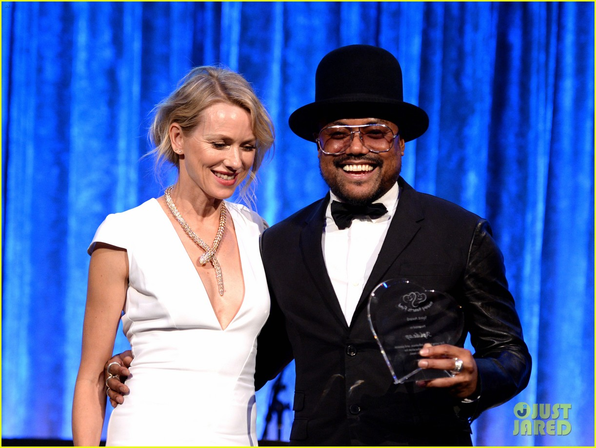 naomi watts presents spirit award to apl de ap at happy hearts fund 18