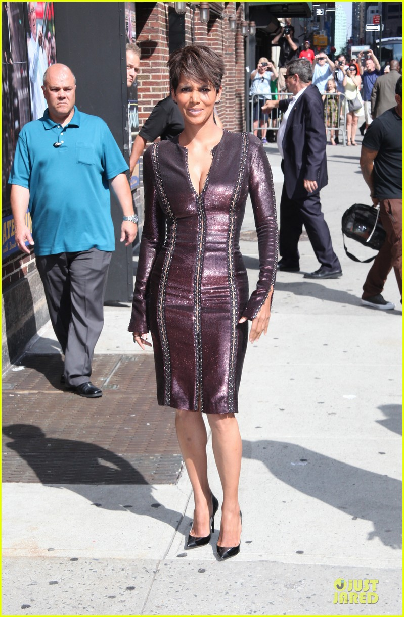 halle berry shows some cleavage at letterman 06