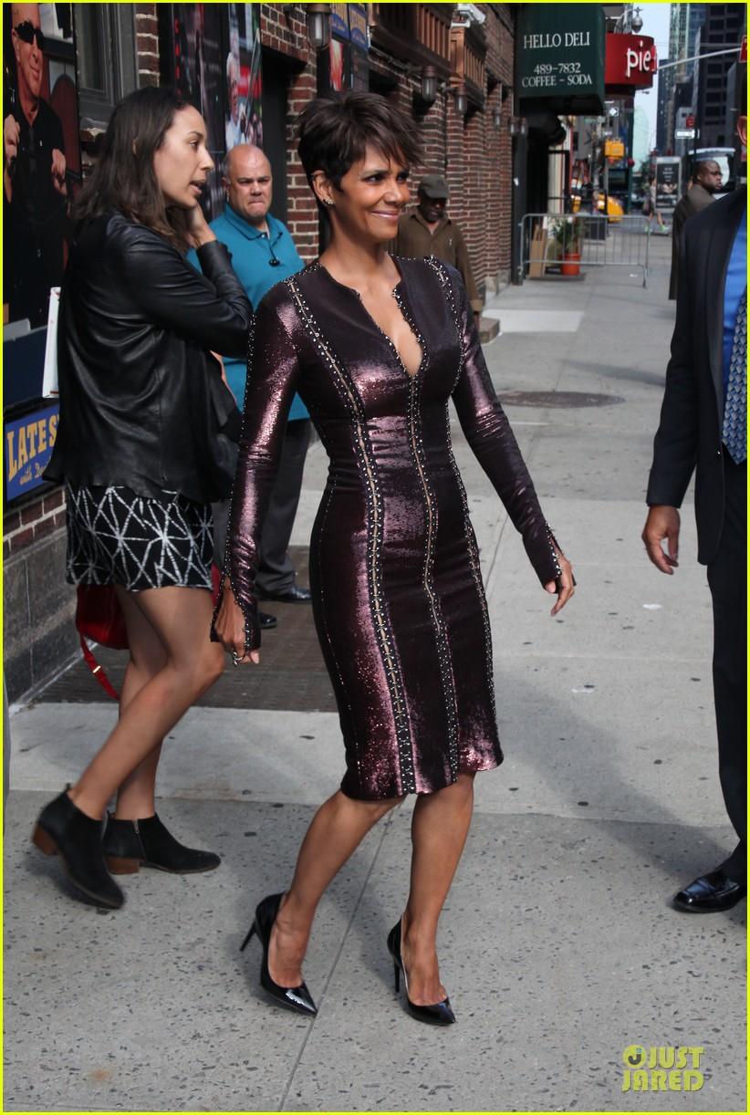 halle berry shows some cleavage at letterman 09