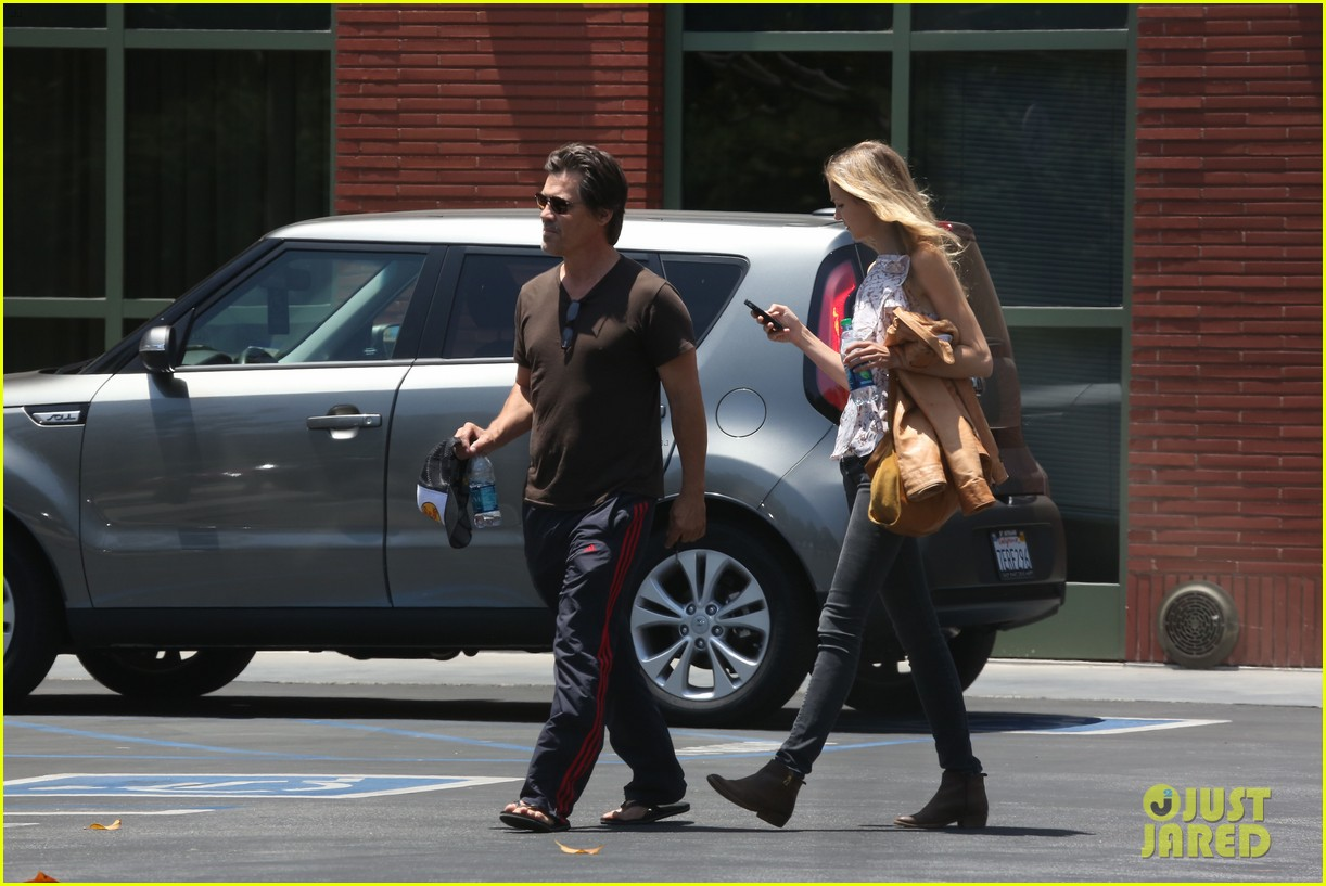 josh brolin girlfriend kathryn boyd run errands together in the valley 04