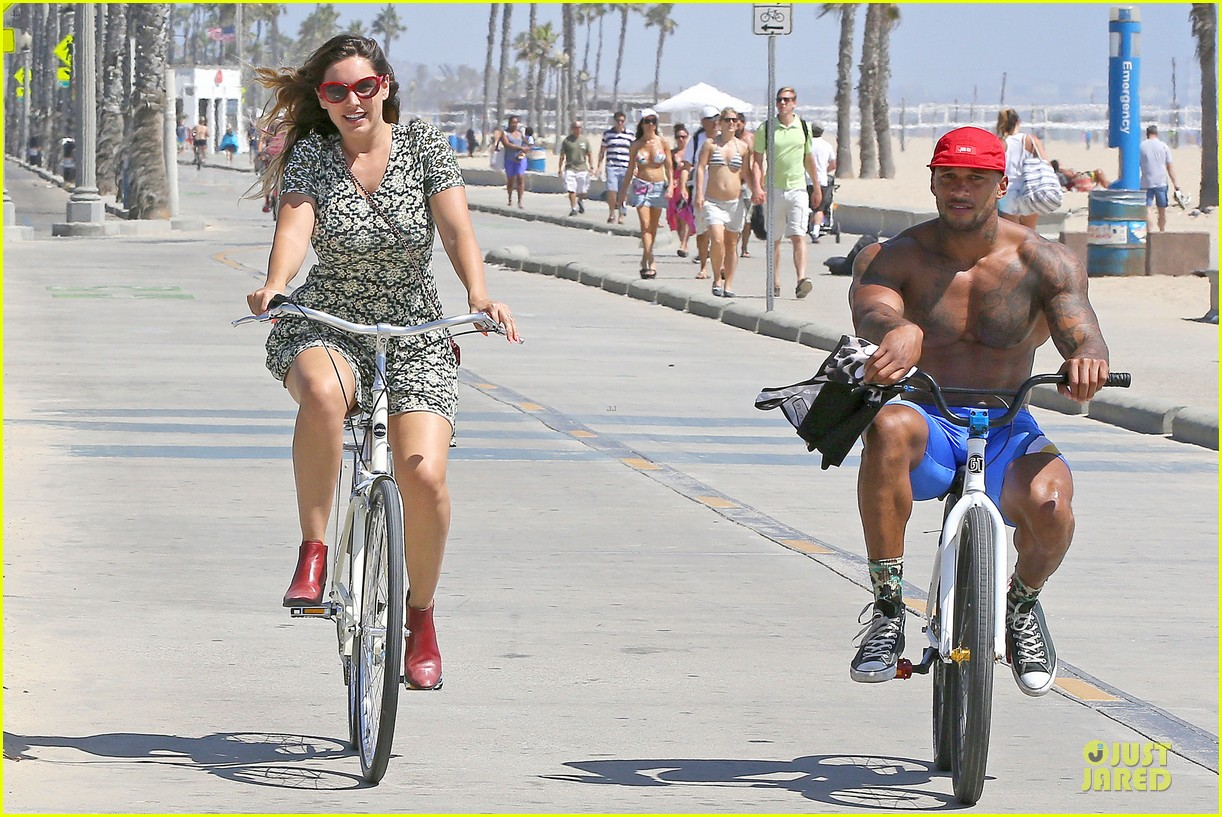 kelly brook david mcintosh goes shirtless on venice bike ride 06