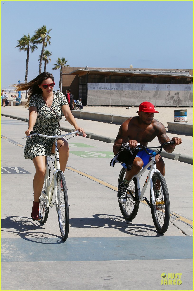 kelly brook david mcintosh goes shirtless on venice bike ride 14
