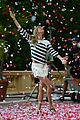 gisele bundchen showered with rose petals 12