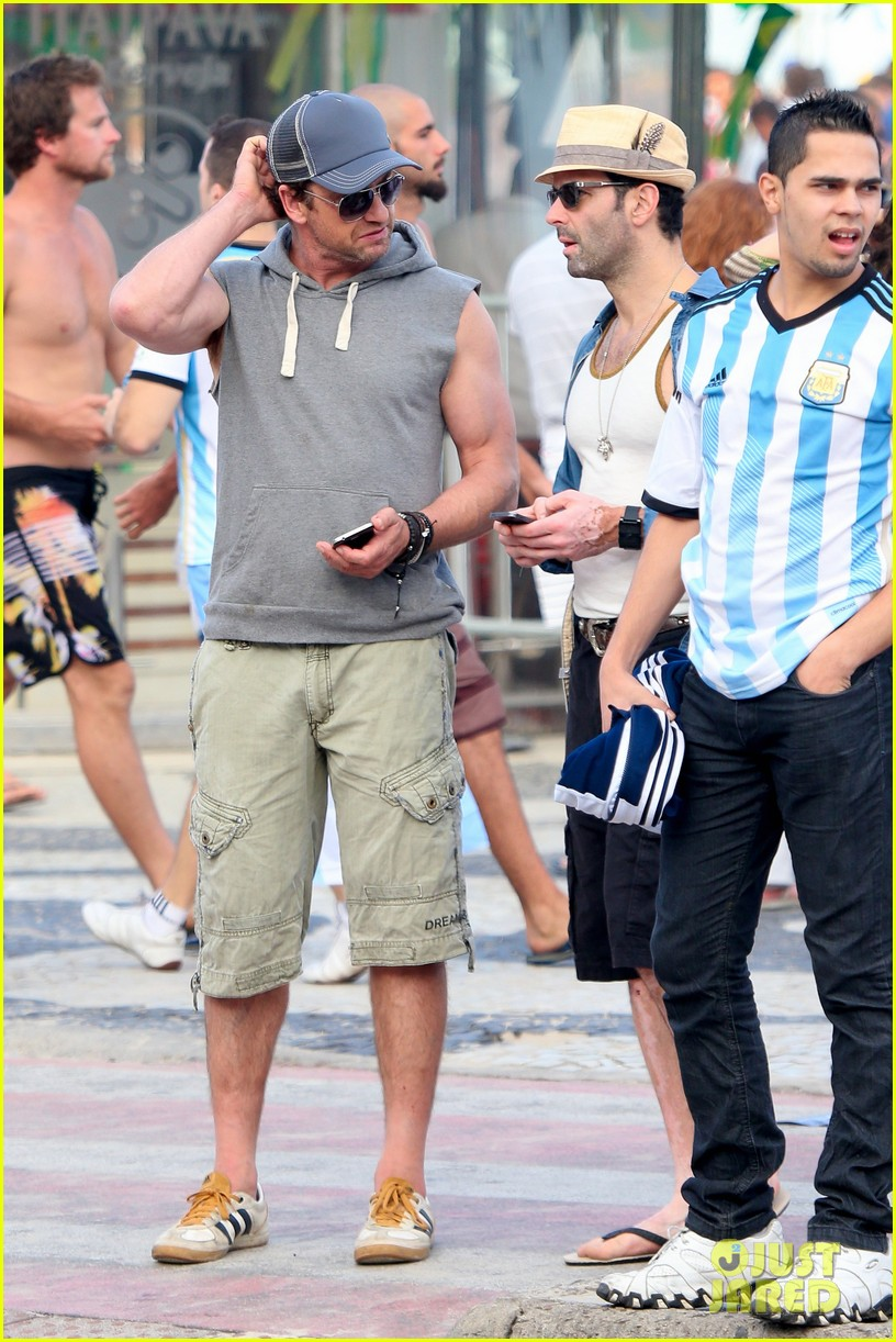 gerard butler beach sleeveless shirt brazil 033152502