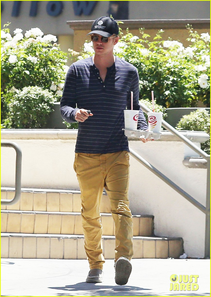 hayden christensen drops by jamba juice smoothies for two 08