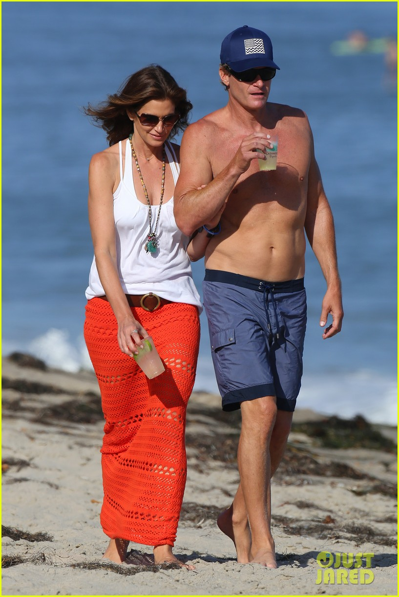 cindy crawford rande gerber beach walk malibu 02