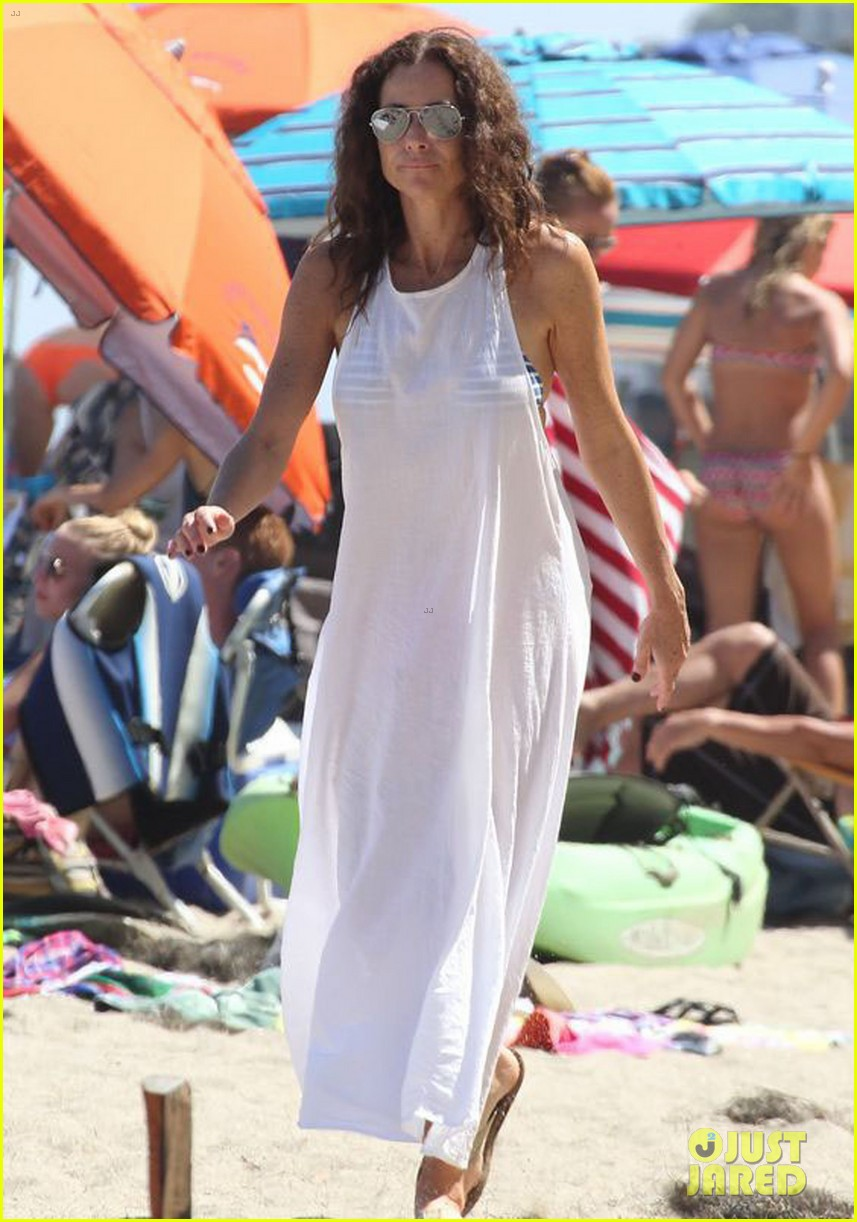minnie driver spends the fourth of july at the beach 103150390