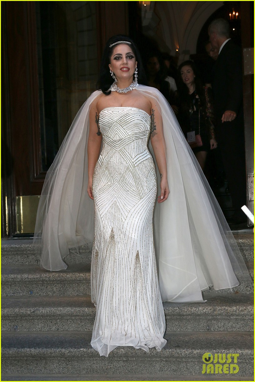 lady gaga wears wedding dress for surprise tony bennett performance 013148304