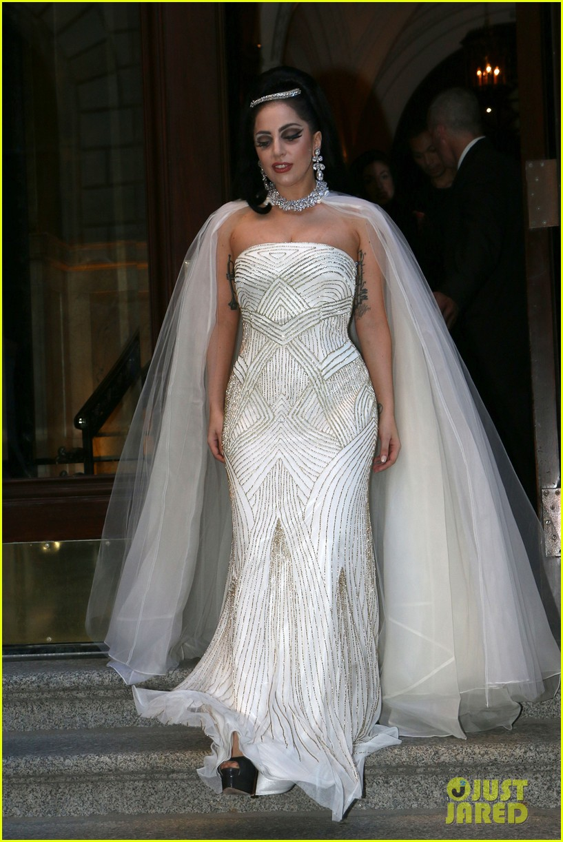 lady gaga wears wedding dress for surprise tony bennett performance 03
