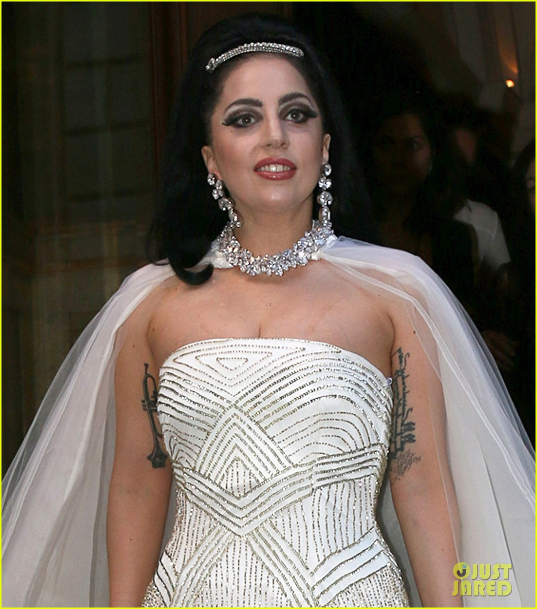 lady gaga wears wedding dress for surprise tony bennett performance 043148307