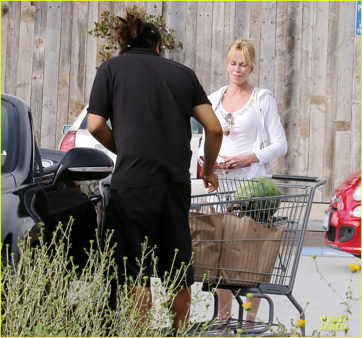 melanie griffith gets grocery help on fourth of july 163150839