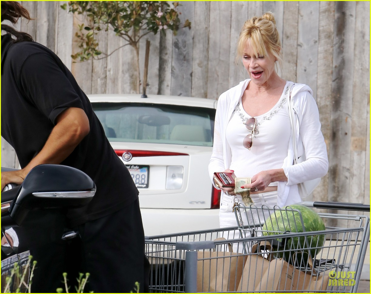 melanie griffith gets grocery help on fourth of july 18