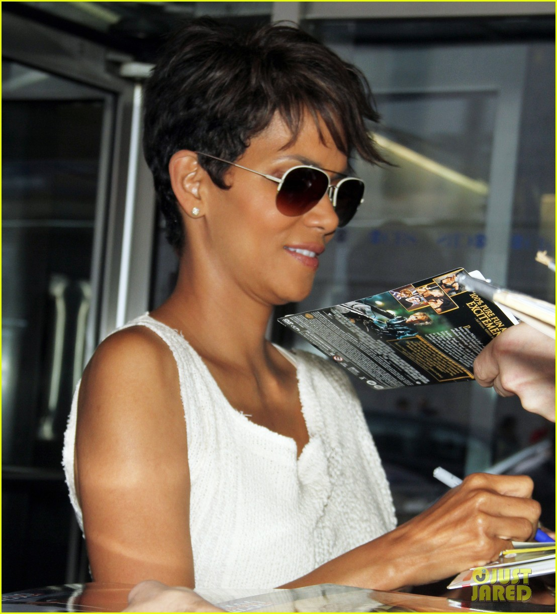 halle berry admits to david letterman that she believes in aliens 063151678