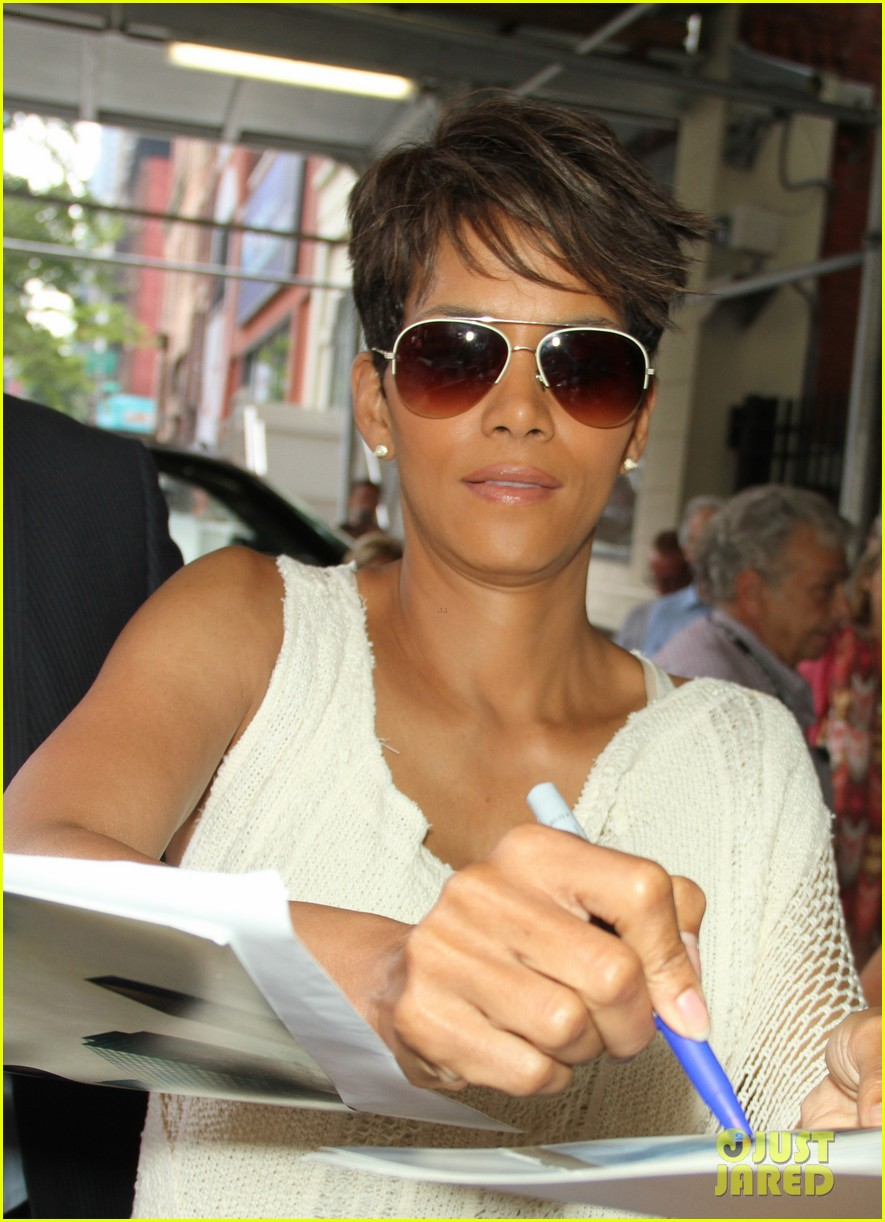 halle berry admits to david letterman that she believes in aliens 11