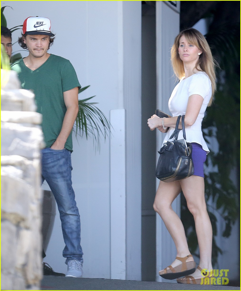 emile hirsch spends his day hanging out at chateau marmont 04
