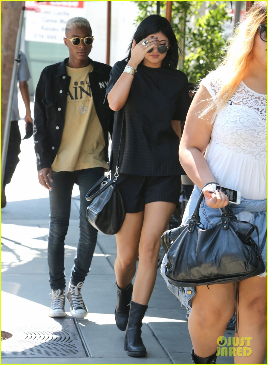 kylie jenner black lips urth cafe 033153564