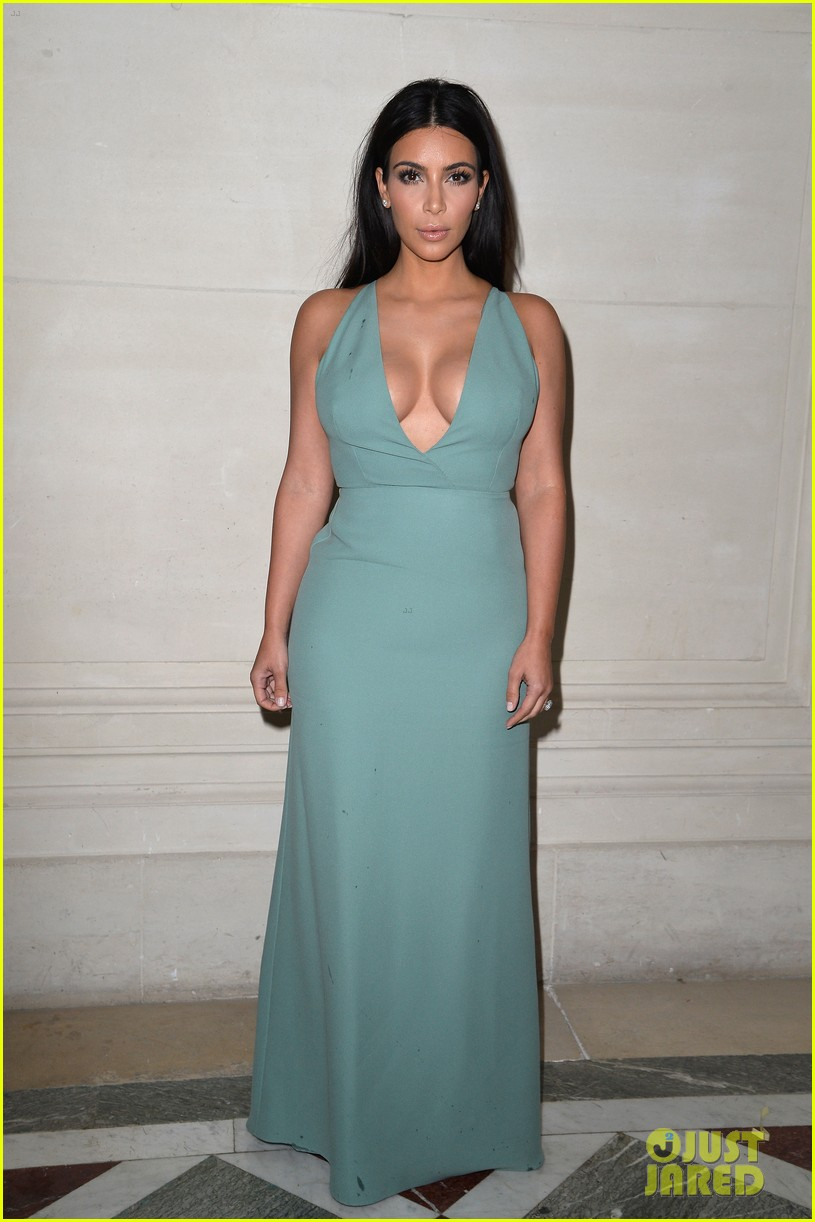 kim kardashian displays lots of cleavage for valentino fashion show 01