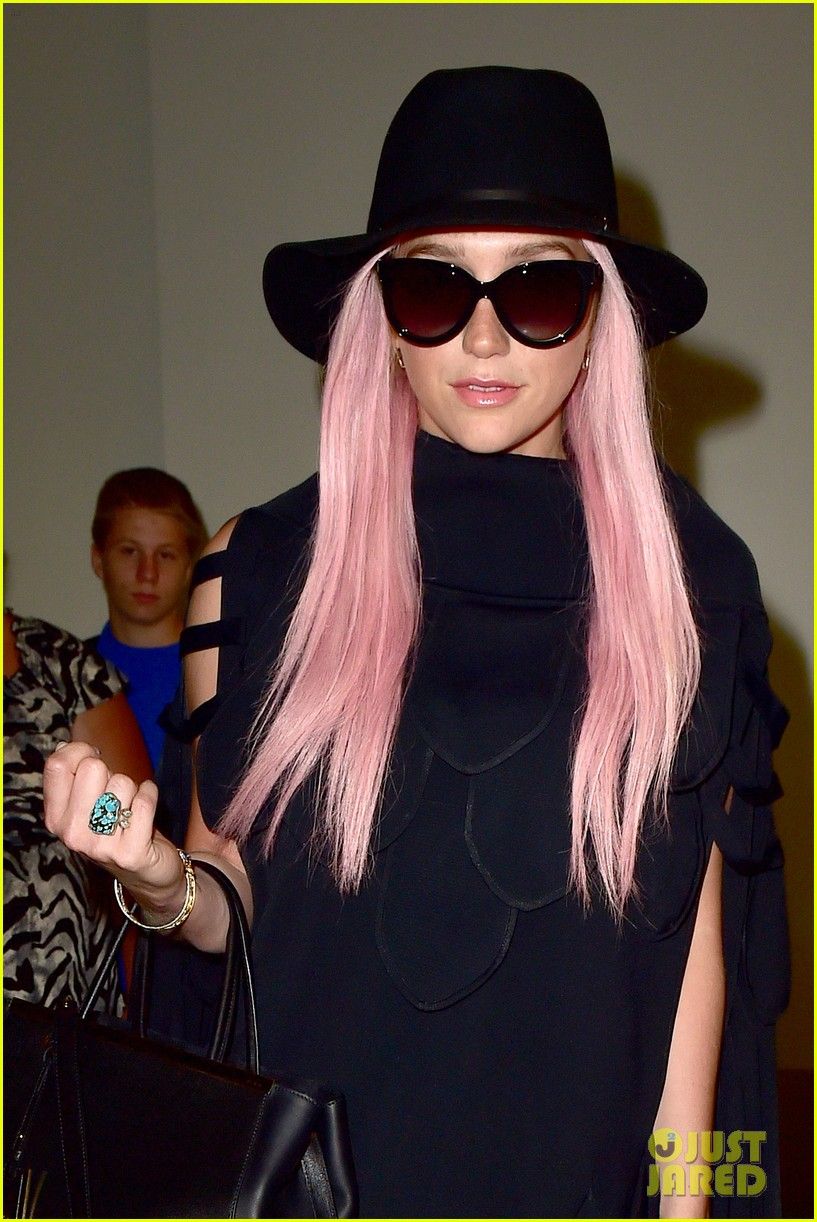 keshas pink hair adds pop of color to her dark ensemble 043148946