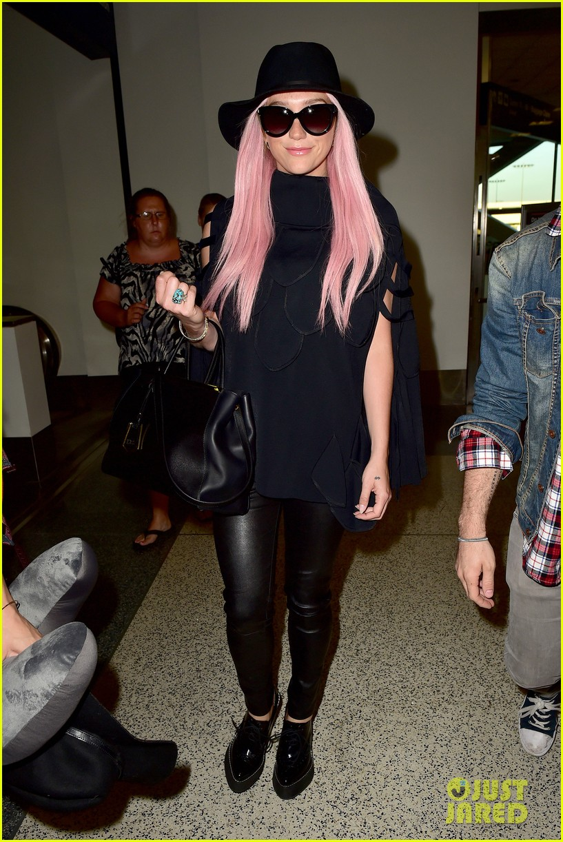 keshas pink hair adds pop of color to her dark ensemble 08