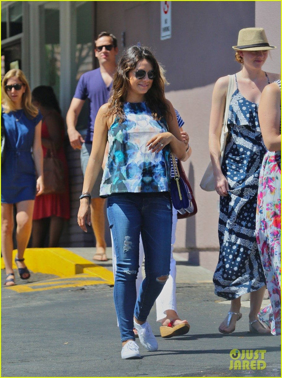 pregnant mila kunis brings her baby bump to brunch with mom 033155290