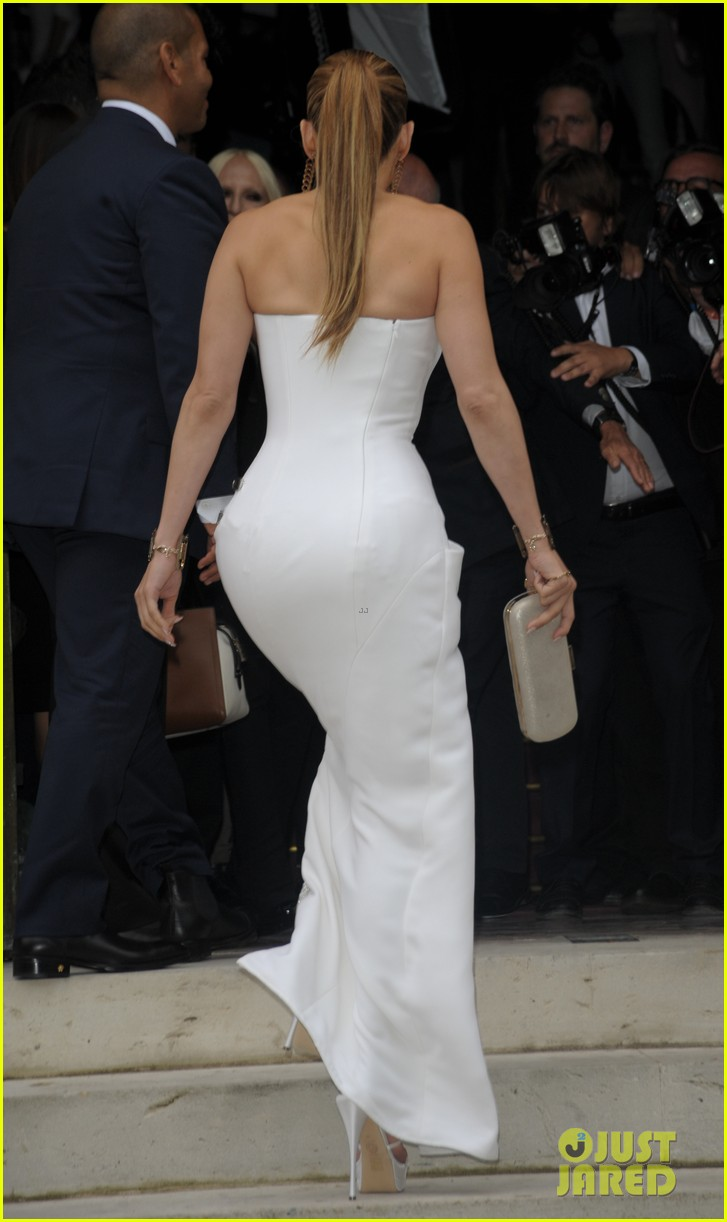 jennifer lopez versace fashion show paris 09