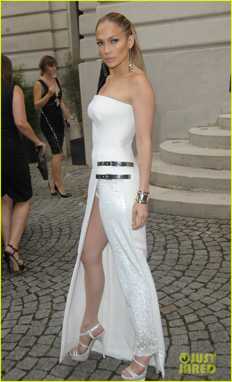 jennifer lopez versace fashion show paris 10