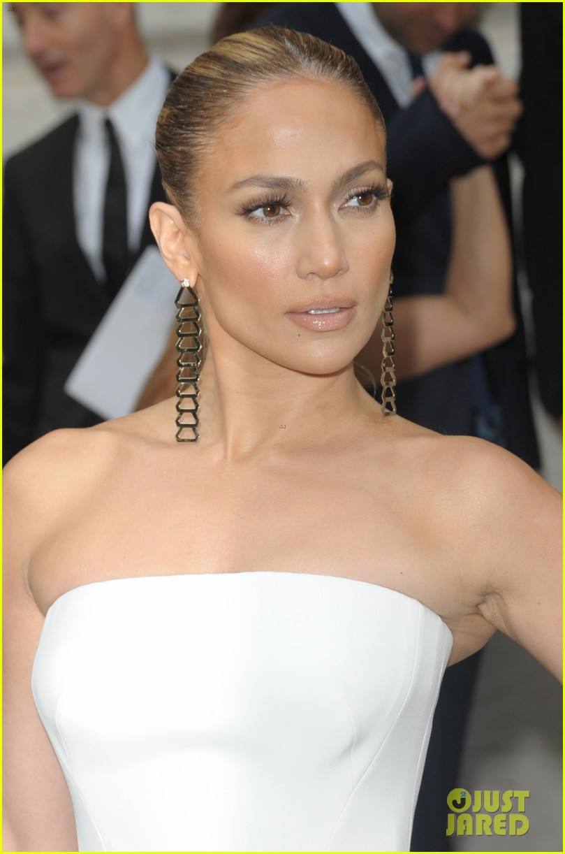 jennifer lopez versace fashion show paris 13