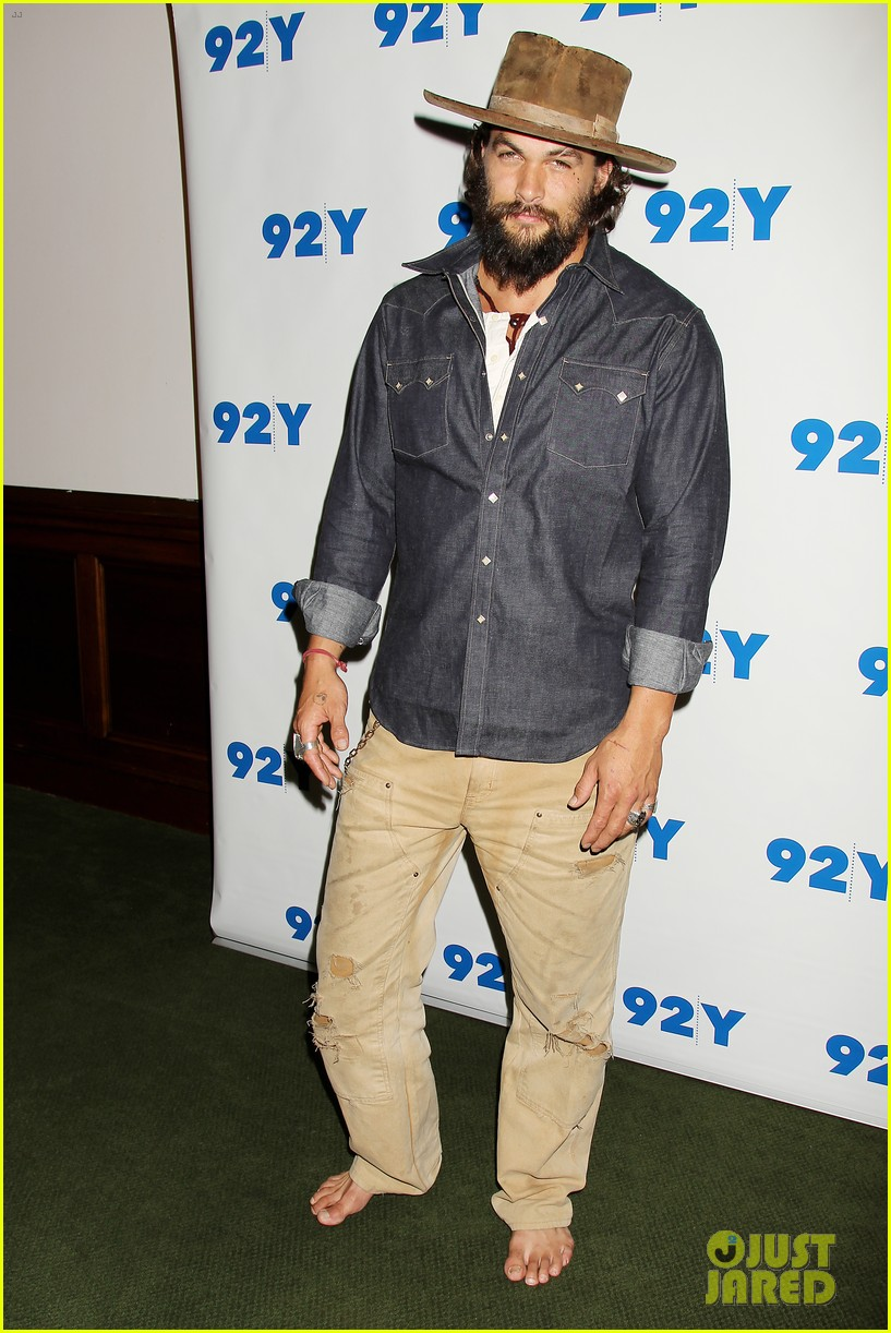 jason momoa hits red carpet barefoot for screening 04