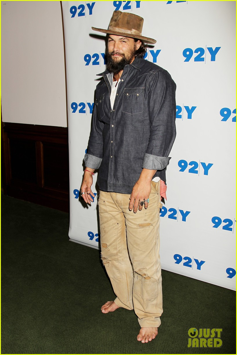 jason momoa hits red carpet barefoot for screening 143152145