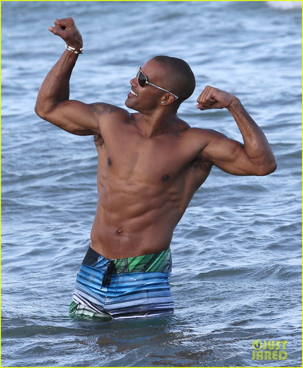 shemar moore shirtless flexes muscles beach 05