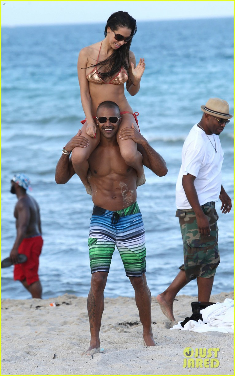 shemar moore shirtless flexes muscles beach 18