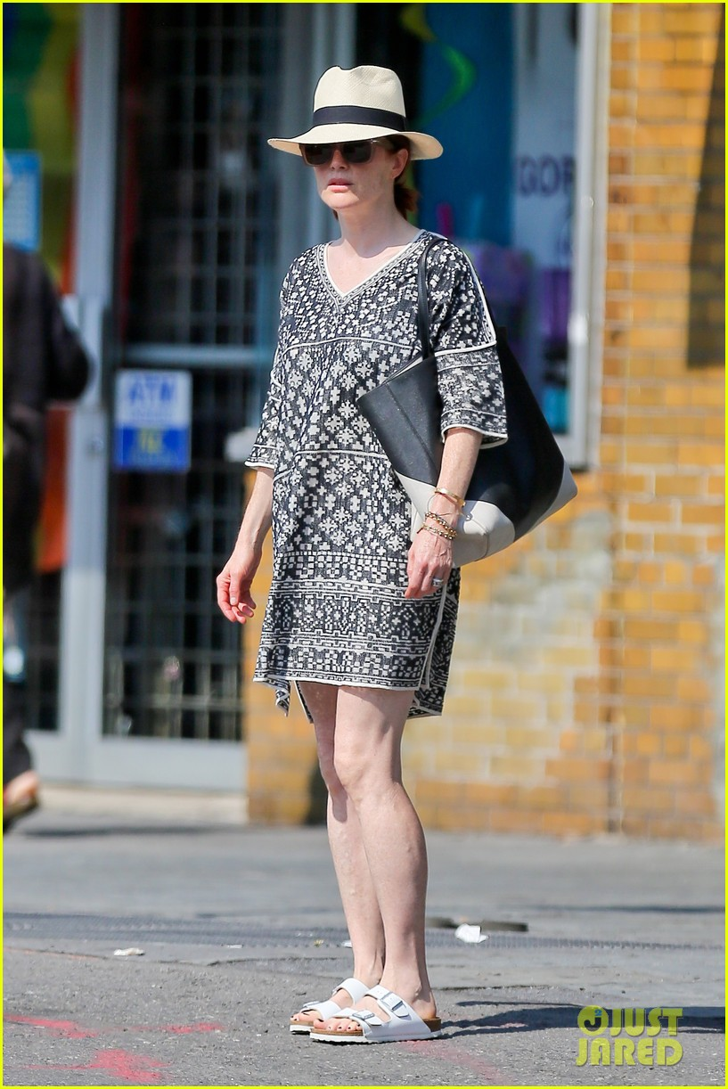 julianne moore is summer chic for yoga class 04