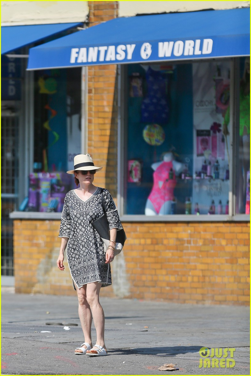 julianne moore is summer chic for yoga class 193148832