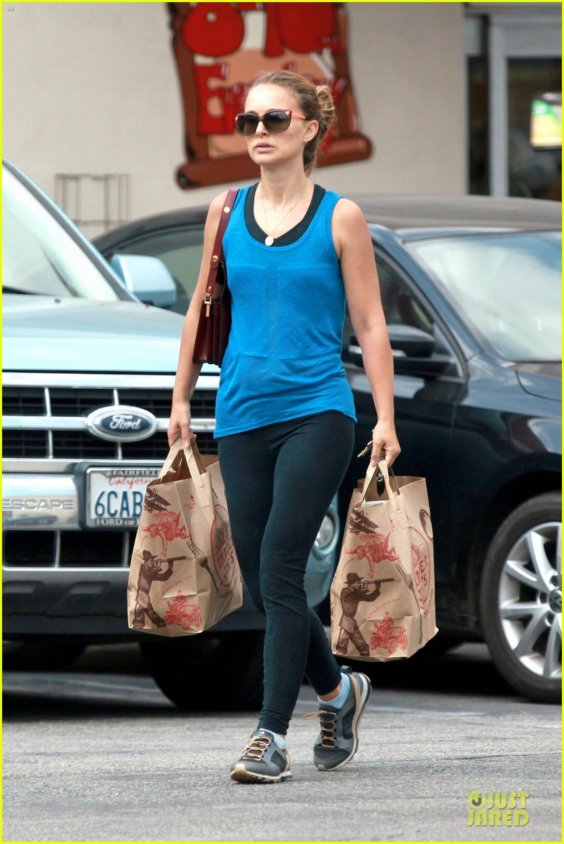 natalie portman u0026 39 s toned  u0026 strong arms are on full display at grocery store  photo 3159259
