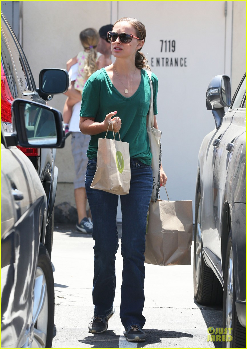 natalie portman goes green healthy at m cafe 053151172