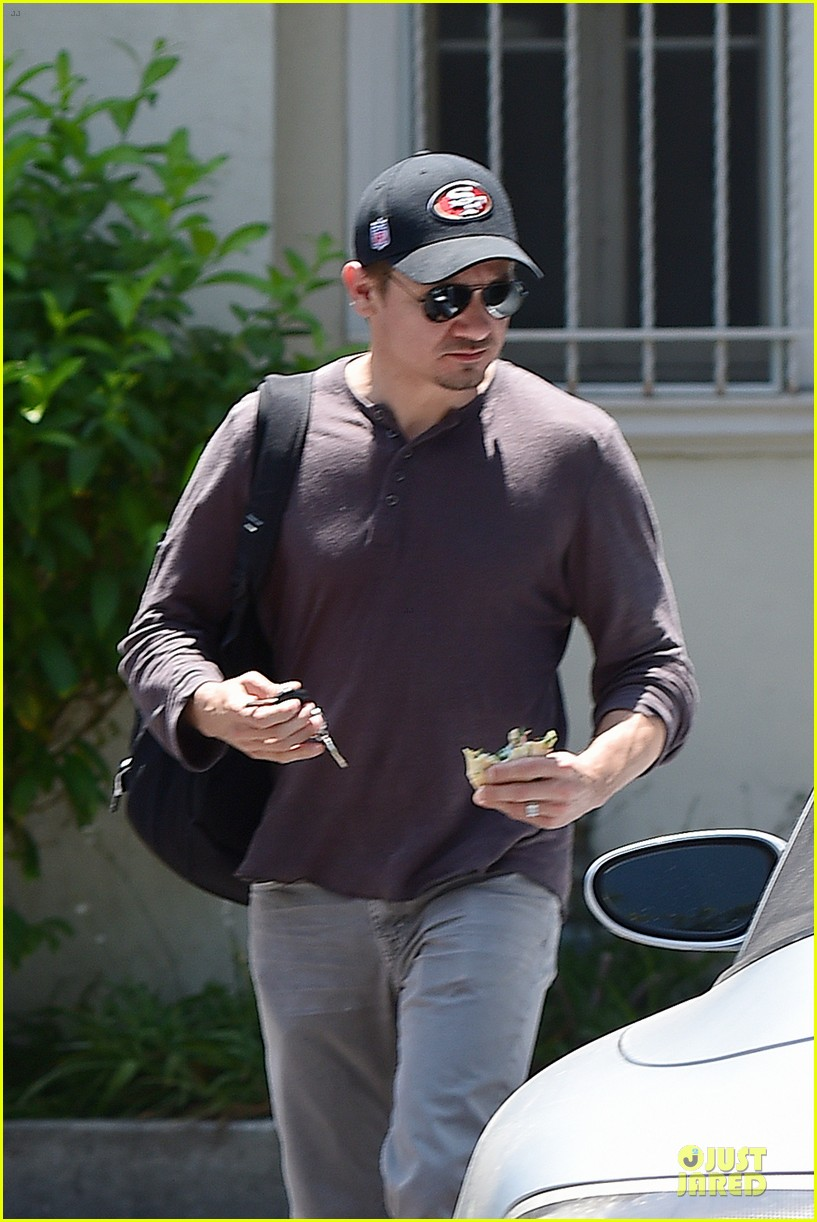 jeremy renner supports san francisco 49ers 043148100