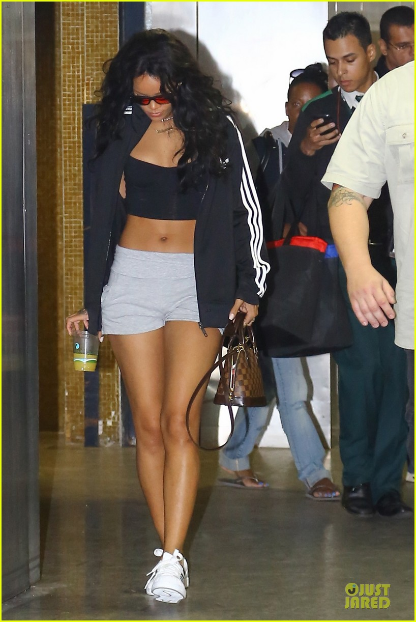 Awe Inspiring Rihanna Brings Toned Tummy To Brazil Before Fifa World Cup Finals Hairstyles For Women Draintrainus