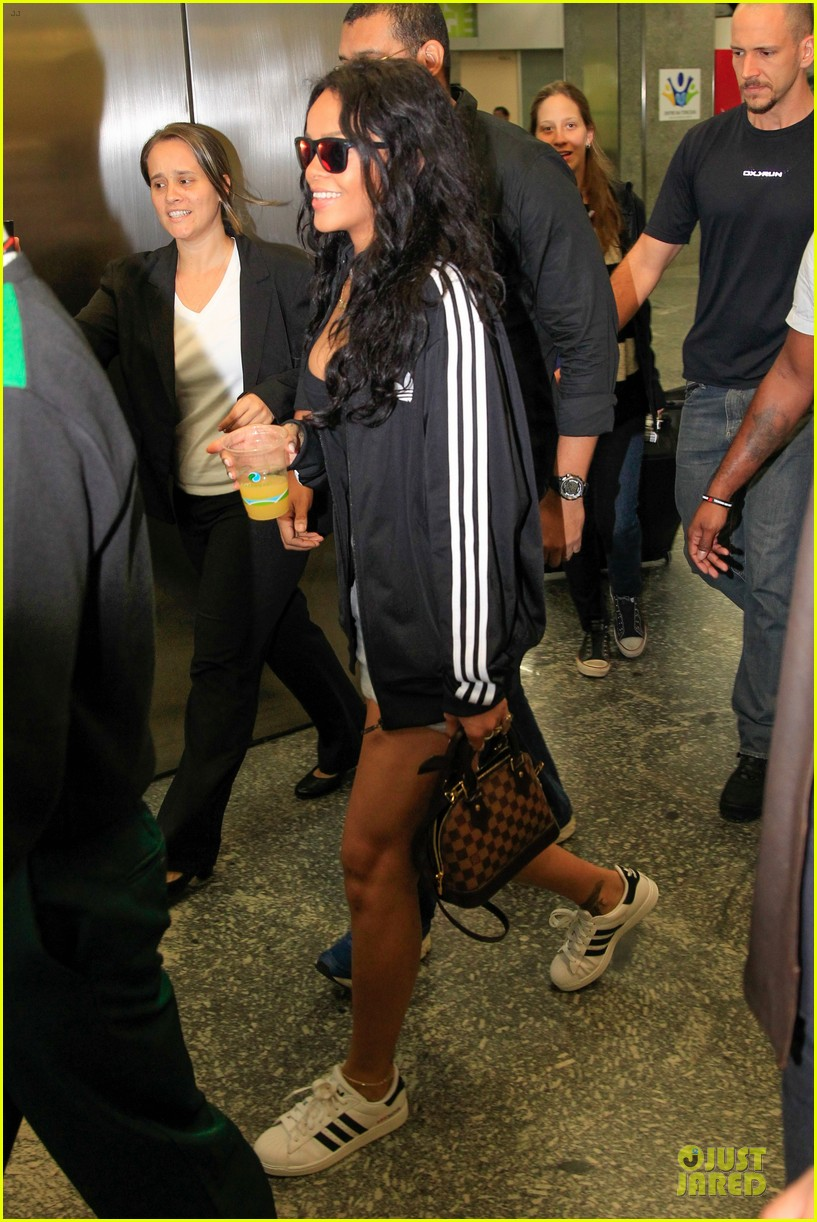 rihanna brings toned tummy to brazil 05